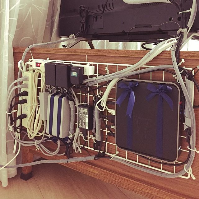 3LDKの収納整理部/収納見直し隊/ケーブル隠し/配線隠し/ケーブルフック/コード隠し…などについてのインテリア実例を紹介。「テレビ裏の配線。 この前綺麗に配線やったのに知らない間に今度は無線ルーターがテレビ台の上にドカンと…(ToT) ヘッドホンも買ったみたいで… しかもぐちゃぐちゃな配線に愕然 Σ( ꒪□꒪)‼ また3時間かけてやりました 無線ルーターも後ろに一緒につけちゃいましたꉂꉂƱʊ꒰>ꈊ<ૢ꒱」(この写真は 2017-01-04 21:40:56 に共有されました)