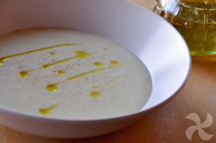 Sencilla y suave crema de coliflor a la que añadiremos el aceite de oliva virgen extra en crudo para beneficiarnos de todas sus propiedades.