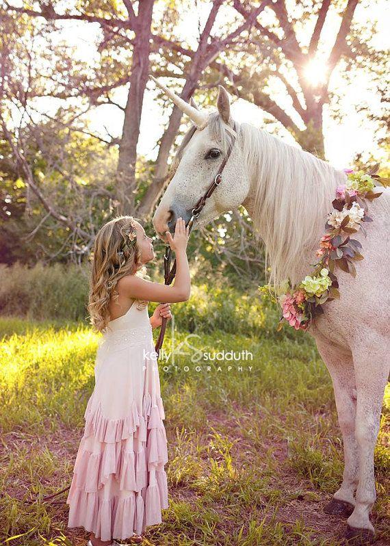 DIY Unicorn Horn Costume Piece for a Live Horse por RusticHorseShoe