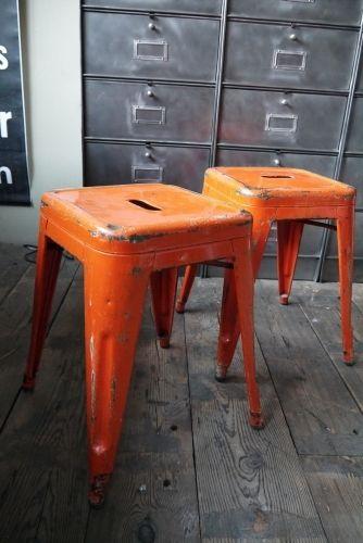 TOLIX ancien tabouret dans sont jus orange