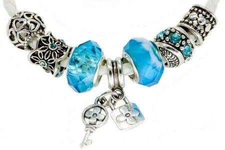 Bílo modrý set aneb modrá je dobrá. Luxusní set bílého náramku se sedmi modro-stříbřitými kamínky, které lze libovolně kombinovat, měnit i doplňovat dle vkusu a přání zákazníka či pro konkrétní příležitost.