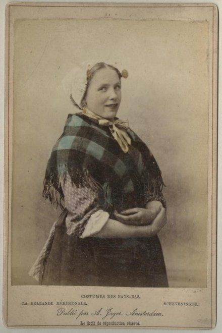Vrouw in Scheveningse klederdracht, verkleed. ca 1890 zwartwitfoto A. Jager, Amsterdam #ZuidHolland #Scheveningen