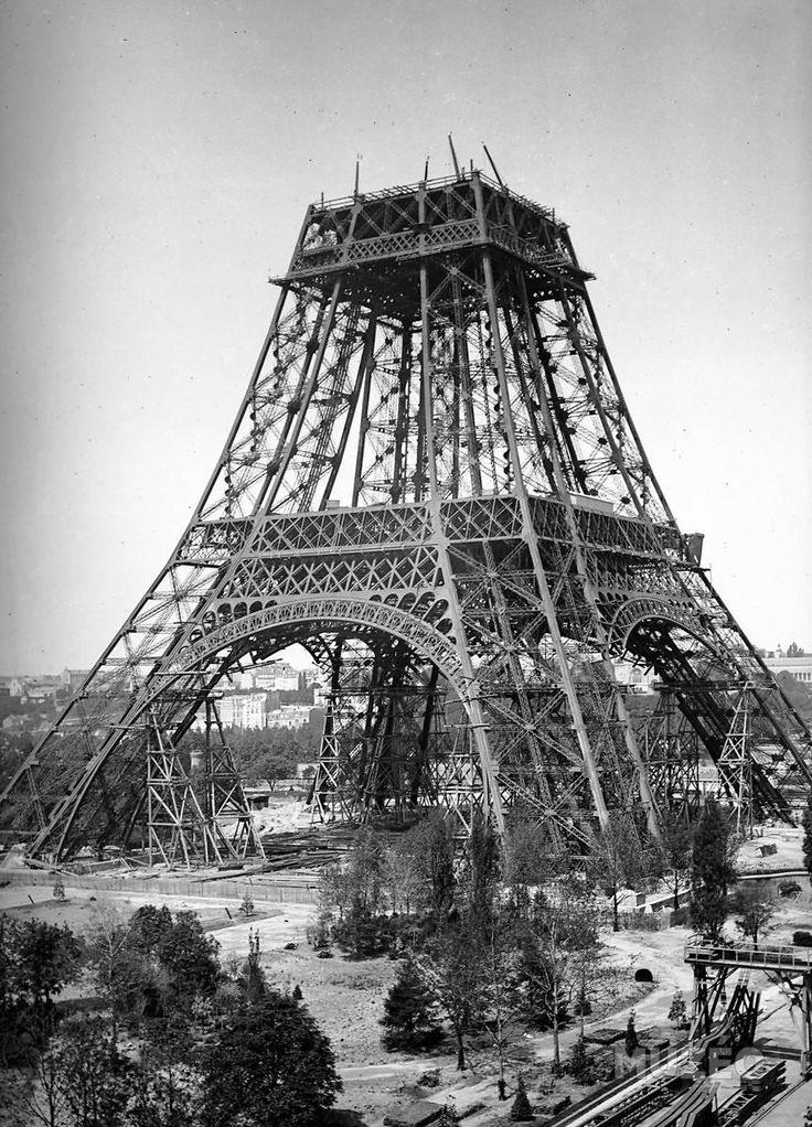 Il existe une cheminée au pied de la Tour Eiffel. Rares sont ceux qui la remarquent derrière le pilier ouest et pourtant elle est bel et bien là depuis 123 ans ! Cette tourelle en briques rouges, cachée dans un parc entre quelques arbustes, date de l'époque de la création de la tour donc de 1887. Sa fonction était purement industrielle et non décorative car elle était reliée à la salle des machines située sous le pilier sud.