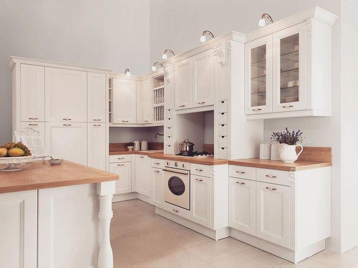 Ahhh  Piękna klasyczna kuchnia w stylu shabby chic  Z przyjemnością wykonamy dla Was taką samą!   #bogaccypl #kuchnia #kuchnie #inspiracje #inspiracja #wnętrza #mojemieszkanie #mojdom #aranżacjawnętrz #meblekuchenne #mojakuchnia #meble #pomysł #pieknakuchnia #kitchen #kitcheninspo #interiordesign #decor #meblenawymiar #nowakuchnia #remont #beautiful #vsco #vscocam #shabbychic