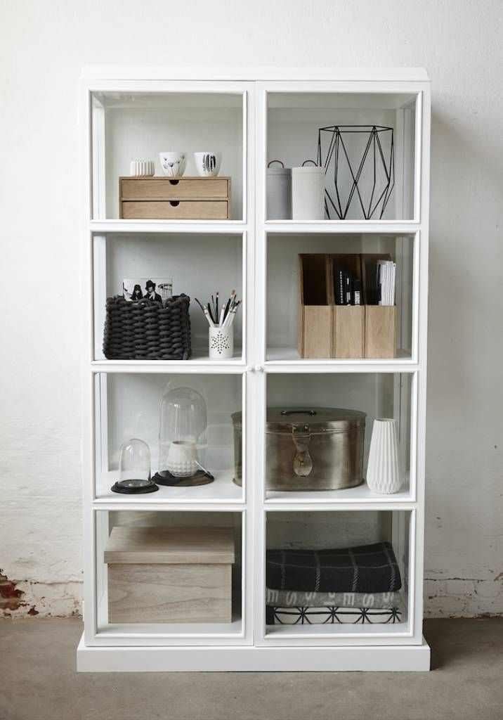 Laat jouw items, zoals foto's, woonaccessoires en andere persoonlijke spullen, pronken in deze prachtige witte vitrinekast van Hübsch! De kast is gemaakt van h