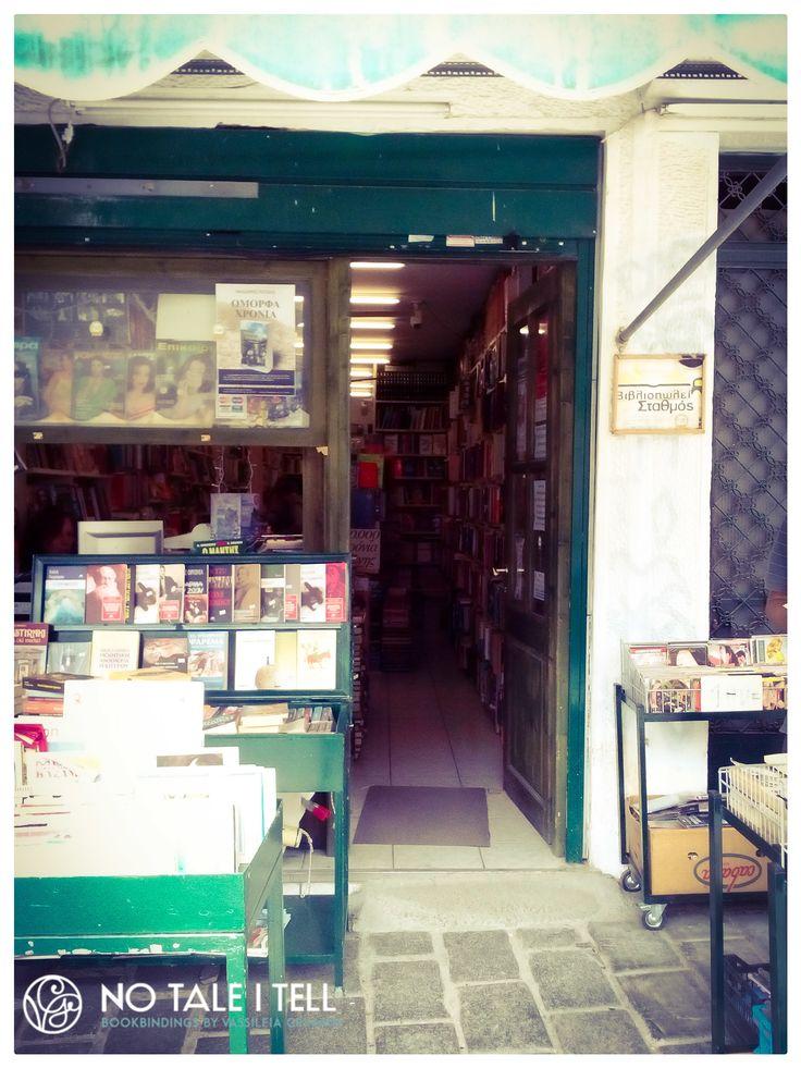 """Βιβλιοπωλείο """"Σταθμός"""". Θησείο. Αθήνα / """"Stathmos"""" books. Thiseio. Athens <http://www.stathmosbooks.gr/>"""