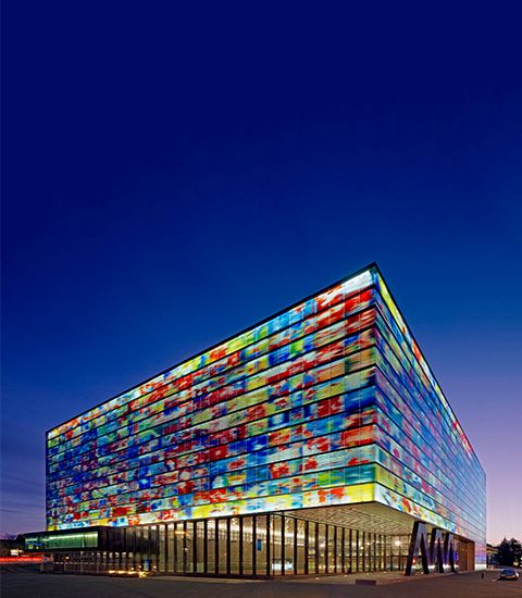 """Museum """"Beeld en Geluid"""" ** Hilversum ** Noord-Holland ** www.beeldengeluid.nl ** Ontdek de wereld van televisie, radio, film en muziek. Kijk programma's terug in de verschillende paviljoensof ga zelf aan de slag als mediamaker: presenteer het nieuws of doe een screentest voor een soap. Kijken, doen en beleven, dat is waar het om draait in Beeld en Geluid. #KIDSPROOF"""