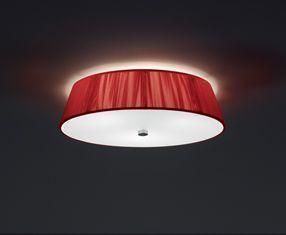La plafoniera per l'ingresso dell' appartamento è stata scelta nel colore rosso, il paralume composto da tanti fili di tessuto colorati filtra leggermente la luce: LILITH di Leucos
