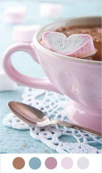 Warme chocolademelk en een hartvormige marsmallow in een vintage roze kop op lichtblauwe houten achtergrond. Mooie kleuren voor in het interieur