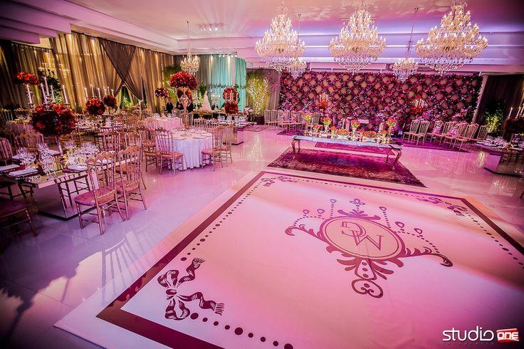 Decoração com tons de vermelho e detalhes em dourado. . Casamento Mari e Gilmar | Espaço Hípica | Blog Site da Noiva