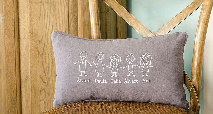 Una idea divertida y diferente de regalo para toda la familia, para tener a todos reunidos en el sofá de casa. Un regalo que decora y crea ambiente. Por favor indícanos los nombres de tu familia y en el caso de los niños, indica también si son niño, niña o bebé. Elige el color que más te vaya con la habitación (blanco, camel o gris). Medidas: 45cm x 25cm