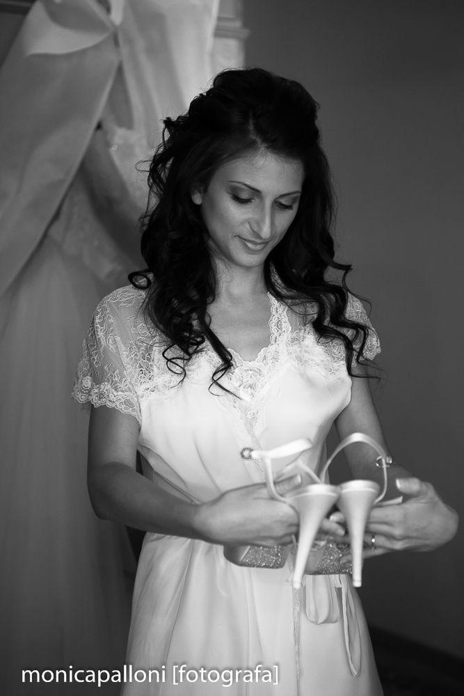 Foto Monica Palloni Istantanee d'Amore #blackandwhite #love #amore #biancoenero #monicapalloni #fotografa #foto #attimi #shoes #white #abitodasposa #dress #moments #momenti #scarpe #monicapallonifotografa #reportagedamatrimonio
