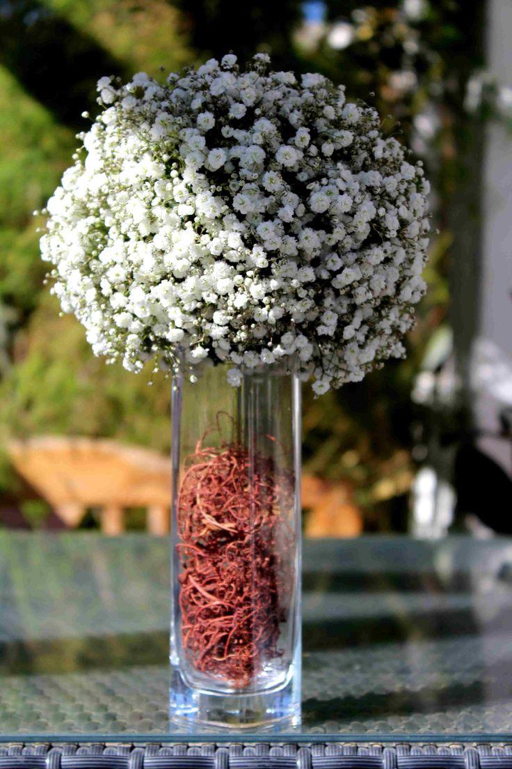 Gipsofila sobre florero de vidrio.