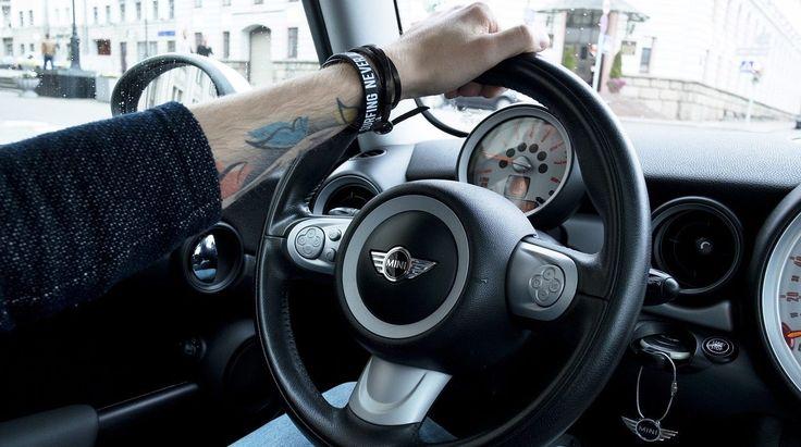 """Zdałeś już prawo jazdy? Gratulacje! Czas zatem dowiedzieć się jakich błędów za """"kółkiem"""" unikać i co zrobić by prowadzić samochód prawidłowo i wygodnie."""