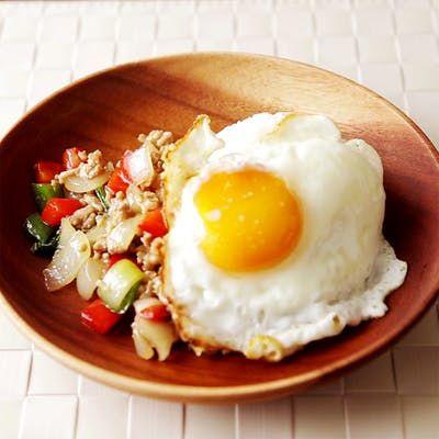 Receita com instruções em vídeo: Frango tailandês é diferente, lindo e muito saboroso!  Ingredientes: ½ xícara de carne de frango moída, ¼ cebola, ½ pimentão verde , ¼ pimentão vermelho, 1 dente de alho, 1 pedaço pequeno de gengibre, 5 folhas de mangericão fresco, 1 colher de sopa de óleo, 2 colheres de chá de molho de peixe, 2 colheres de chá de molho de ostra, 1 colher de chá de molho de soja, 1 colher de chá de açúcar, 1 ovo, 1 colher de sopa de óleo