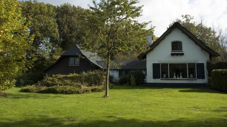 Groepsaccommodatie Hulshorst Veluwe  Deze groepsaccommodatie op de Veluwe in Hulshorst is gelegen tussen het Veluws vakantiedorpje Nunspeet en het Pittoreske Harderwijk. De omgeving is uitermate geschikt voor wandelingen door het bos fietstochten en te genieten van de Veluwse natuur. Het grote huis is compleet ingericht. De groepsaccommodatie ligt op het terrein van een hotel. Het nabijgelegen hotel biedt u gratis gebruik van buitenzwembad (15 meter van de woning (geopend van begin mei tot…
