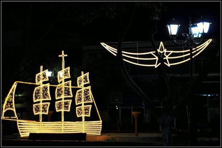 Κίσσαμος (Kissamos) in Χανιά, Χανιά  Christmas Tree Or… Christmas Ship?  The decoration of a wooden model ship, with Christmas lights is an old Greek custom that is still alive in the Islands. In the past, during the Christmas time the family would decorate a small wooden boat to symbolise their thankful spirit for the safe return of the father and his sons against the odds of nature and the harsh winter sea.