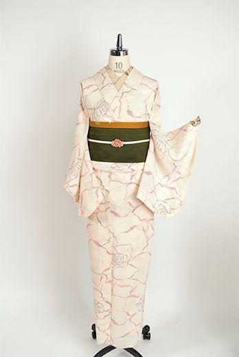 生成り色の地に、プラムパープル、黒、ローズレッド、スカーレットオレンジ、コーラルピンクなどの色糸で織り出されたモダンファブリックのような薔薇の花のモチーフが物語をさそう夏紬風のような夏着物です。