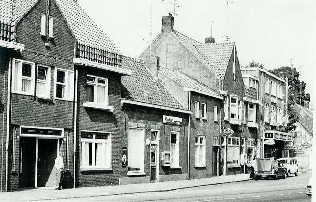 Tilburgseweg. Voormalig Hotel De Spie (nu Chinees Restaurant) en sigarenmagazijn Krijnen