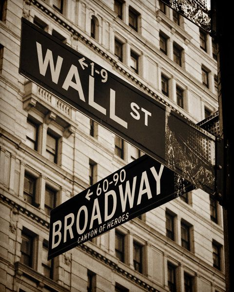 Wall Street & Broadway New York NYC Sepia por BrianTuchalskiPhoto