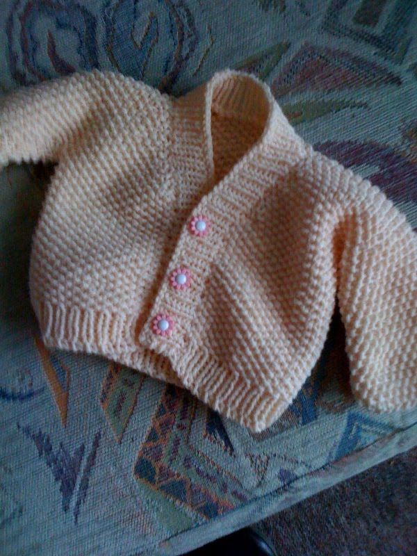 Usei fio Sorrento da Wendy(45% cotton,55% acrylic agulhas 4mm 3 botoes tamanho:0-3 meses  O casaco e feito em uma peca so. Inicia-se pelas...