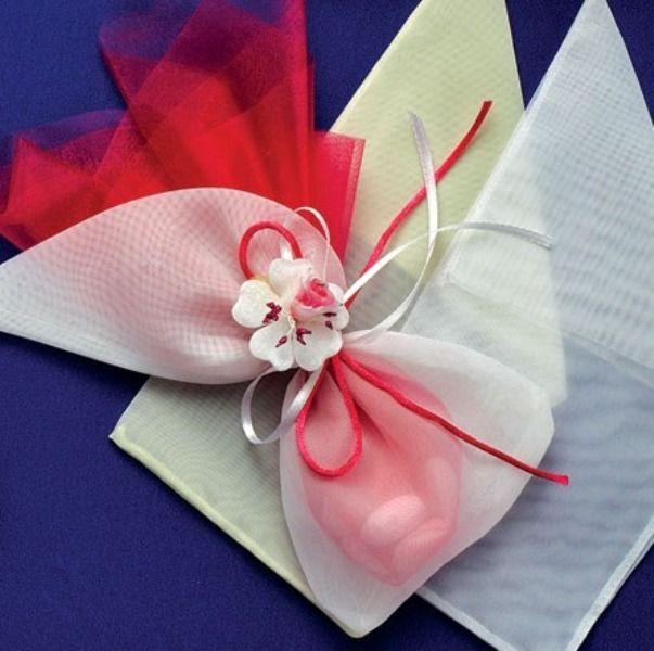 Πουγκί οργαντίνα.Διατίθεται σε 2 χρώματατα.Πολύ φινέτσατη με αρχοντικό στυλ μπομπονιέρα για τον γάμο σας.  τιμή 0,42 €