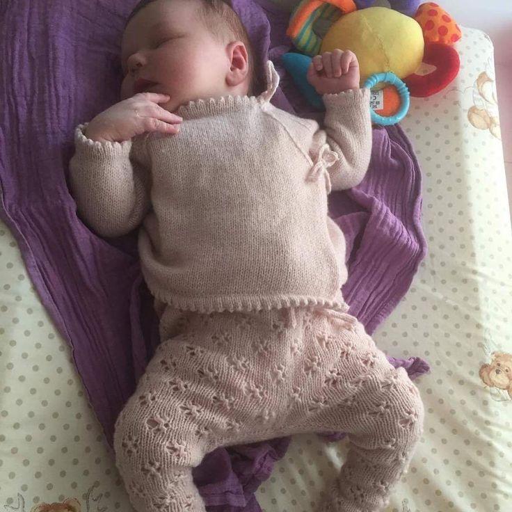 Min nieces lille datter i @knittingforolive strømpebukser og slåombluse, hun er SÅ fiiiin #knittersofinstagram #knittingaddict #nevernotknitting #strik #barselsgavestrik #knittingforolive #knitting #knittinglove