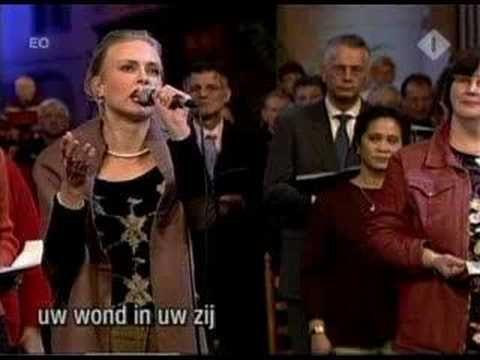 Massale koor- en samenzang vanuit de Martinikerk te Bolsward Mijn Jezus ik houd van U, ik noem U mijn vriend. Want U nam de straf op U die ik had verdiend. D...