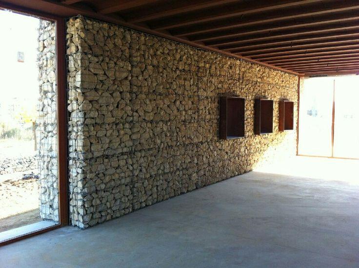 Club Unión Petanca Les Torres-Rubí. Vista interior. Revestimiento de muros con gaviones