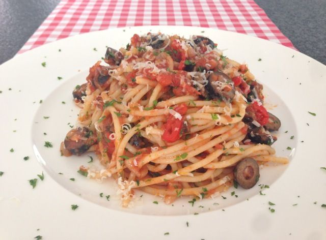Spaghetti alla Puttanesca   Het lekkerste recept vind je op AllesOverItaliaansEten