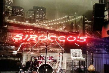 Από πέρυσι ξεκίνησε στο «Sirocco's 2» μια προσπάθεια να δημιουργηθεί εναλλακτική μουσική δράση στη Γλυφάδα. Το «αδερφάκι» του κλασικού παραλιακού εστι...
