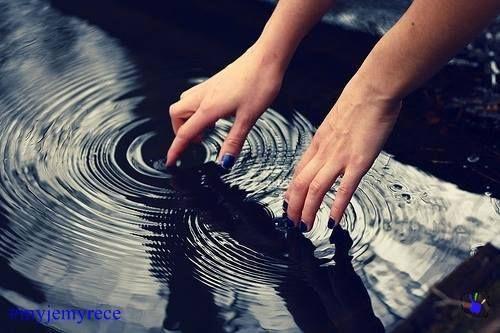 Brudne ręce niekoniecznie muszą być zakurzone. Nie dostrzeżemy bakterii gołym okiem. Zwróćmy uwagę na to, w jaki sposób myjemy dłonie. Zwykłe i krótkie płukanie ich wodą bez mydła nie wystarczy. Już 15 minut po umyciu, nasze dłonie pokryte są tysiącami bakterii. Dlatego tak ważne jest ich częste mycie!