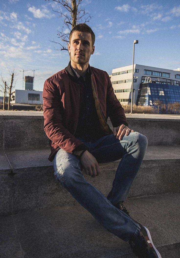 Kurtka bomberka, elegancka koszula męska, spodnie jeansowe, buty