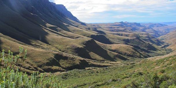 世界遺産:マロティ=ドラケンスバーグ公園 マロティ=ドラケンスバーグ公園は南アフリカとレソトの両国にまたがる世界遺産で、南アフリカの『ウクハランバ・ドラケンスバーグ公園』とレソトの『セサバテーベ国立公園』が対象になっています。マロティ山脈を含むドラケンスバーグ山脈の美しい自然景観や生物多様性、さらにはサン人たちが数千年にわたって残してきた数々の岩絵などの考古遺跡群という、自然・文化両面の価値が評価...