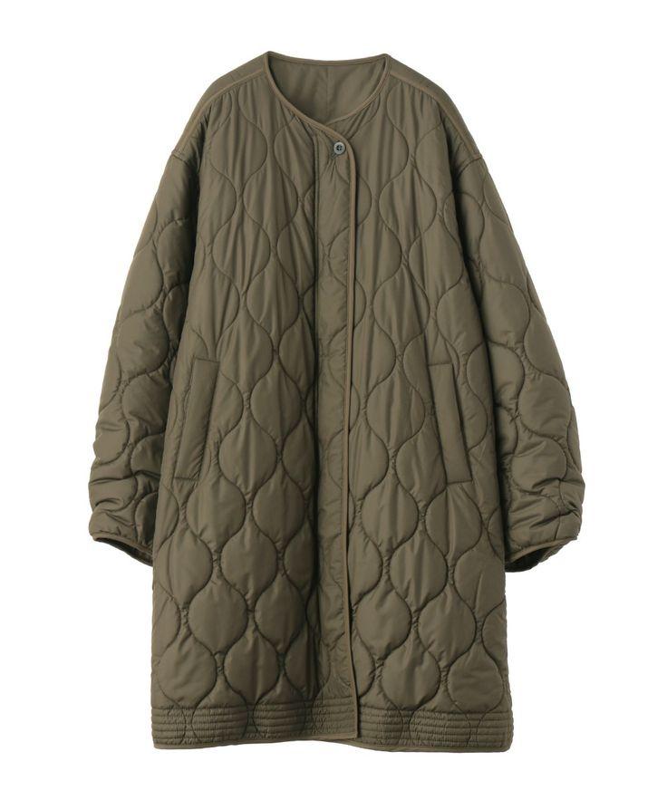 ノーカラーのキルティングジャケット。テントラインシルエットなので、カジュアルになりすぎず、女性らしい印象に。 ヨークにギャザーを施したことで、バックスタイルまで抜かりないデザインに仕上げました。比翼仕立てや裾のステッチ等、細かいところまで、こだわりのつまった1着です。女性らしいアイテムと合わせて着用して頂くのがオススメです。