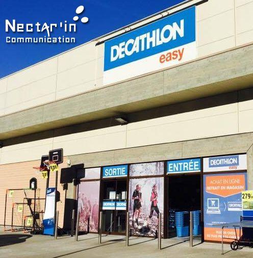 Création de la devanture Decathlon Easy Tulle. Design, création des panneaux, suivi d'impression et de pose. Nectar'In Communication.