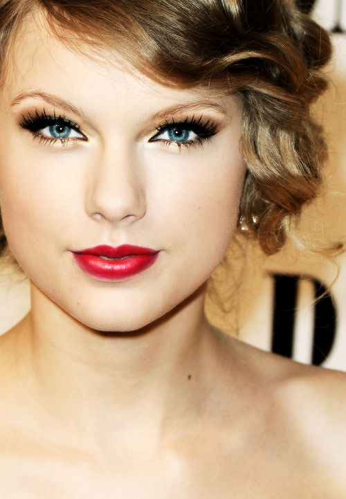 Taylor Swift! Red lips, sparkly eyes-so glam!