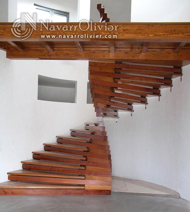 Escalera helicoidal de madera de iroko y sapelli