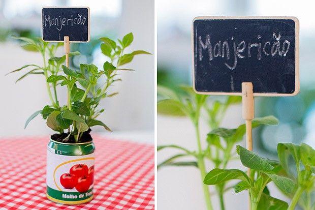 Veja como reaproveitar latas para fazer lindos vasos de ervas e decorar festinhas.