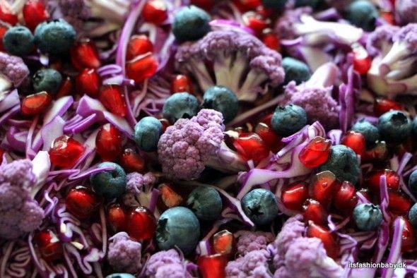 Rød spidskålssalat - en opskrift på en fantastisk vintersalat i lækre lilla nuancer med rød spidskål, lilla blomkål, granatæble, blåbær