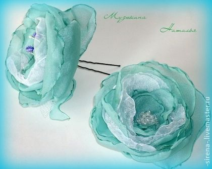 Комплект украшений `Магия цветов`. В комплект украшений 'Магия цветов' входит брошь и шпилька для волос. исполнена в нежной бирюзовой гамме.Выполнены из шифона и расшиты бисером, стеклянными и обычными бусинами и…