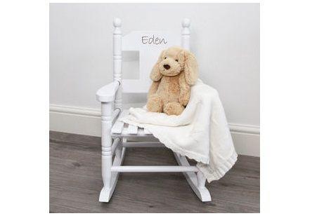 Bij feestboxen.nl maken we nu ook gepersonaliseerde cadeaus. Kraamcadeau, huwelijkscadeau, samenwonen cadeau, noem maar op. We kunnen ook enkel de sticker leveren, dan kunt u uw cadeautje net even persoonlijker maken! Denk bijvoorbeeld aan de naam(en) en/of geboortedatum! Of maak de stoelen van uw kinderen duidelijk herkenbaar! Met een naam op de stoel!