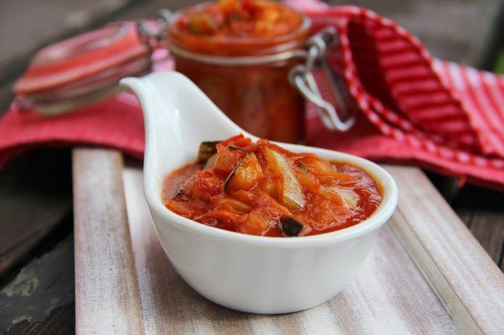 Na přípravu budete potřebovat:   1kg cukety bez semen  1kg paprik ( červené, bílé ... )  700g cibule  700g mrkve  500g rajčat  1 velký ke...