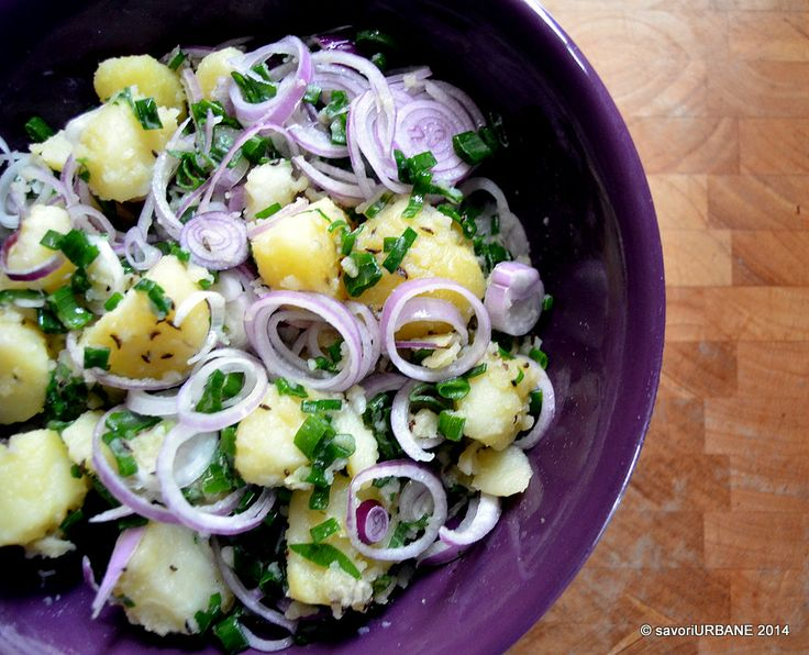 Salata calda de cartofi cu ceapa colorata