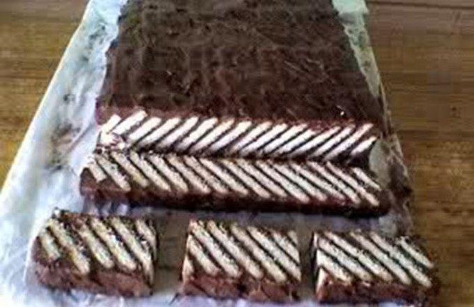 1 lmléko6 lžickukuřičný škrob2 lžícekakao15 lžickr. cukr250 gmáslo100 ghořká čokoláda500 gmáslové sušenky 1V hrnci zahřejeme mléko, přidáme cukr a za stálého míchání ho necháme rozpustit. Odstránime z tepla a necháme mírně vychladnout. 2V druhém hrnci rozpustíme máslo, přidáme kukuřičný škrob, kakao a nasekanou hořkou čokoládu a dobře promícháme. Do této hmoty postupně, tenkým proudem přiléváme teplé mléko a za stálého míchání spojíme. 3Dáme znovu na oheň a na mírném ohni