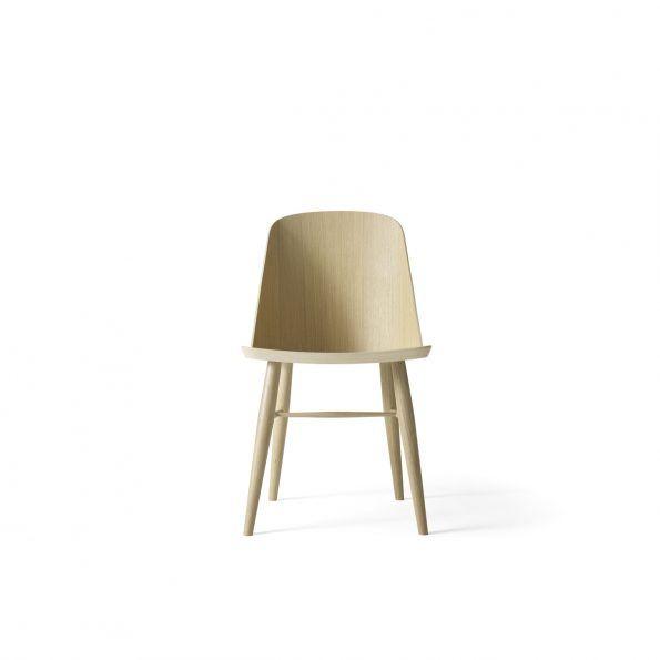 Synnes stol  Synnes stol  MENU  kr 3.499,00  Synnes stol er designet av norske Falke Svatun. Stolen er en moderne tolkning av den klassiske, skandinaviske spisestuestolen. Synnes stolen har en stabil konstruksjon og behaglig komfort. Spisestue stolen lages av Menu og er laget i hvitoljet eik eller sortlakkert ask.