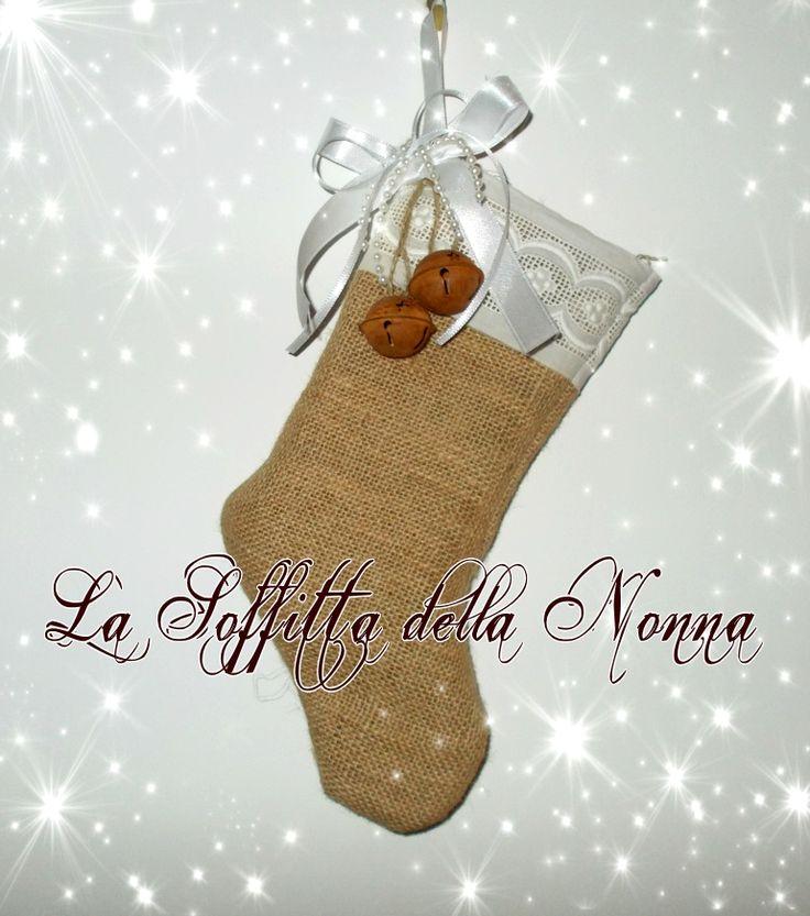 Calza in iuta con bordo in pizzo, nastri in doppio raso e sonagli effetto ruggine  Burlap stocking with lace, satin ribbons and rusty jingles