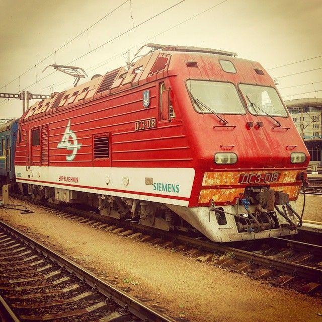 May 2015 Kiev Ukraine.  #tbt #ukraine #kiev #киев #railways_of_our_world #rsa_theyards #eisenbahnbilder #eisenbahnfotografie #ДС3 #УЗ #электровоз #siemens #trainstagramm #trains_worldwide #daily_crossing #kings_transports by zheka62