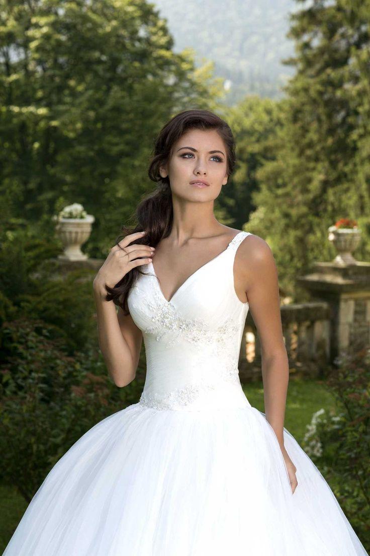 Krásne svadobné šaty so širokou sukňou a s hlbokým V-čkovým výstrihom