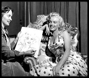 1er Septembre 1952 / Lors de son séjour à Atlantic City, Marilyn rencontre les femmes américaines engagées dans l'armée de terre (U.S Army), de mer (U.S Navy), de l'air (U.S Air Force), et de la corporation maritime (Marine Corps). C'est l'Etat qui demanda à Marilyn de poser avec des femmes de l'armée US afin d'offrir une publicité de recrutement. Cependant, les photos représentant Marilyn dans des poses très sexy -notamment son décolleté plongeant- furent jugées trop provocante et l'armée…